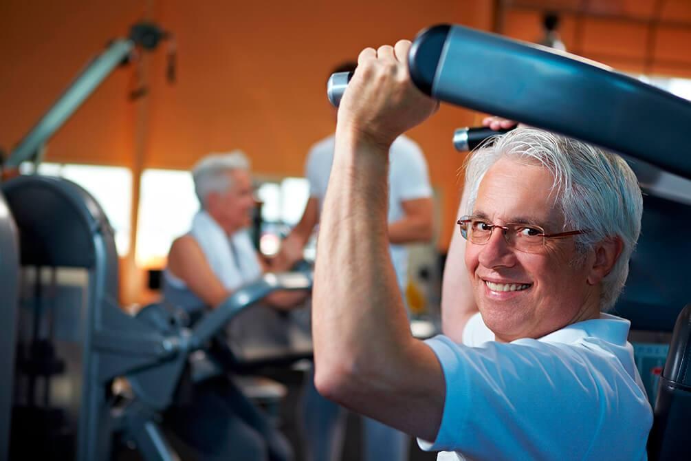 idoso fazendo exercício em aparelho de musculação