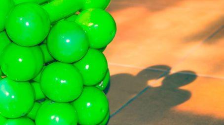halteres verdes empilhados em academia
